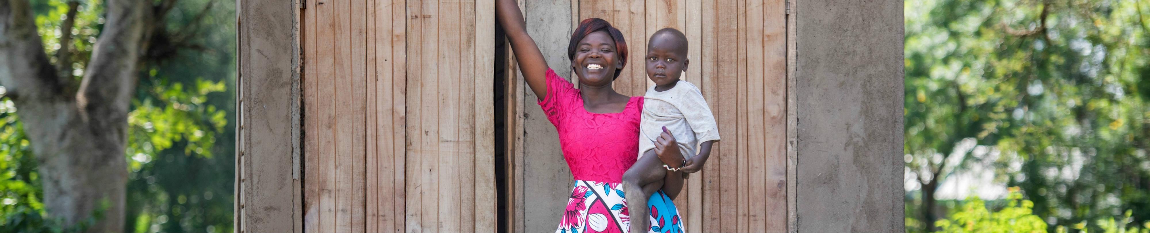 Afrikaanse vrouw is gelukkig met haar gezonde baby